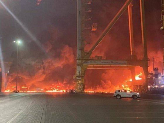 Un contenedor explota en el puerto de Dubái y produce un incendio